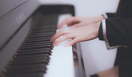 互动吧-我们总在后悔青春流逝,不去学点什么?来学钢琴吧,到老我们不后悔